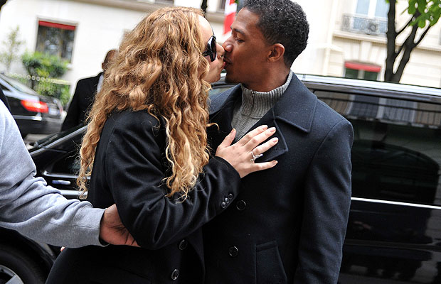 Kissing and shopping on Friday afternoon. (INFDaily.com)