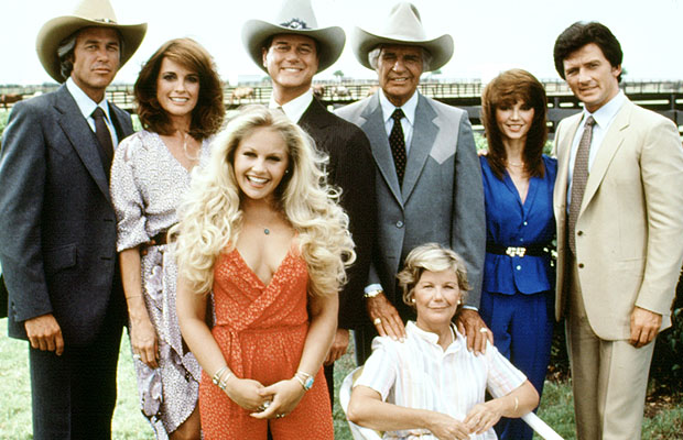 Linda Gray, Larry Hagman (2nd & 3rd from left), and Patrick Duffy (right) with the original cast. (Everett)