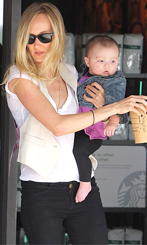 Kimberly Stewart, 33, and daughter Delilah last year. (MDX-OSR-ROL/X17online.com)