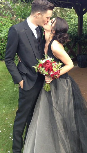 Josh Beech kisses his new bride, Shenae Grimes (Twitter)