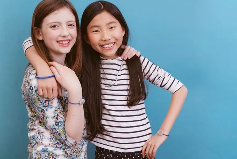 Programmable jewelry uses high school cliques to teach kids to code