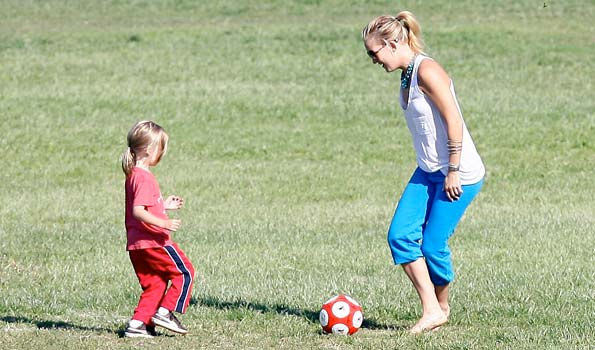 Kate Hudson and son Ryder enjoy a day at the park. - Leo-Lins-Mariotto/X17online.com
