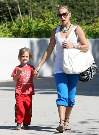 Kate's quite the stylish mom! She dressed up her sweats with a turquoise necklace and pair of gladiator sandals. - Leo-Lins-Mariotto/X17online.com