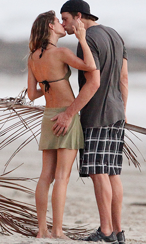 Tom Brady and Gisele Bundchen smooch in Costa Rica. (RS/X17online.com)