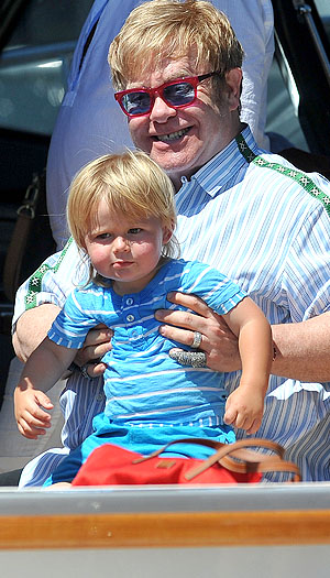 Toddler Zachary hung out with dad Elton John. (INFDaily.com)