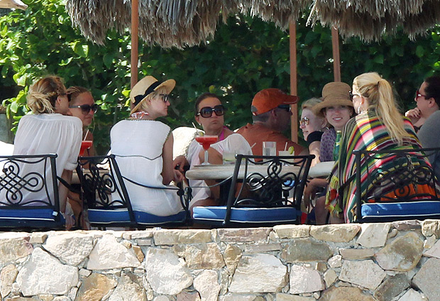 The celebs and their entourages merged into one group for an al fresco lunch. - Clasos.com/Splash News