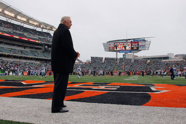 Jerry Jones watches his team prepare for Cincinnati. (Getty Images)