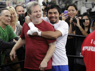 Trainer Freddie Roach (L) and Manny Pacquiao (AP)