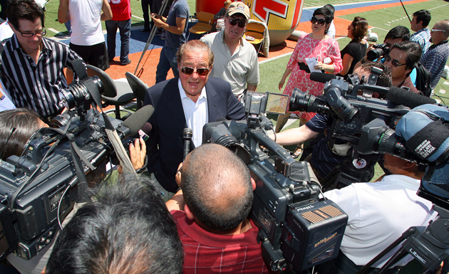 Bob Arum talks to the media about the fight's cancellation (Chris Farina/Top Rank)