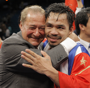 Bob Arum (L) and Manny Pacquiao in 2008 (AP)