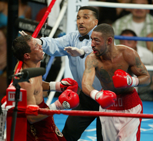 Diego Corrales (R) finishes Jose Luis Castillo (AP)