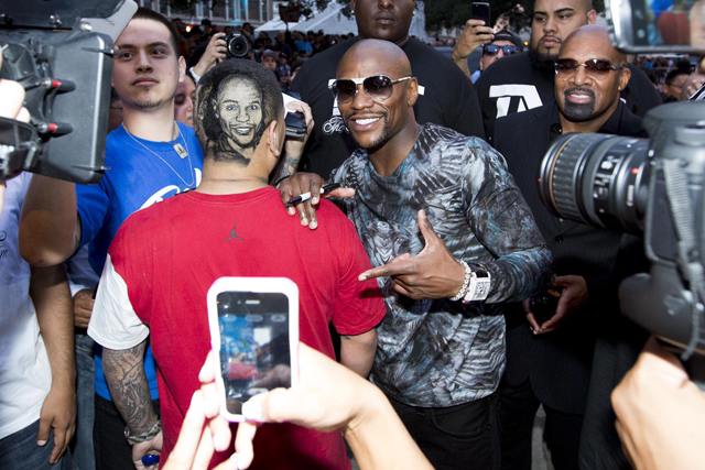 Floyd Mayweather greets a fan with a unique haircut (Esther Lin/Showtime)