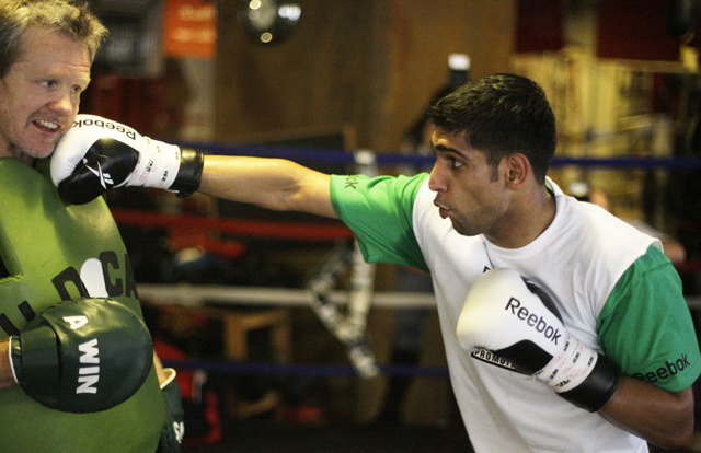 Freddie Roach (L) said his Parkinson's had no impact upon his training of Amir Khan (AP)