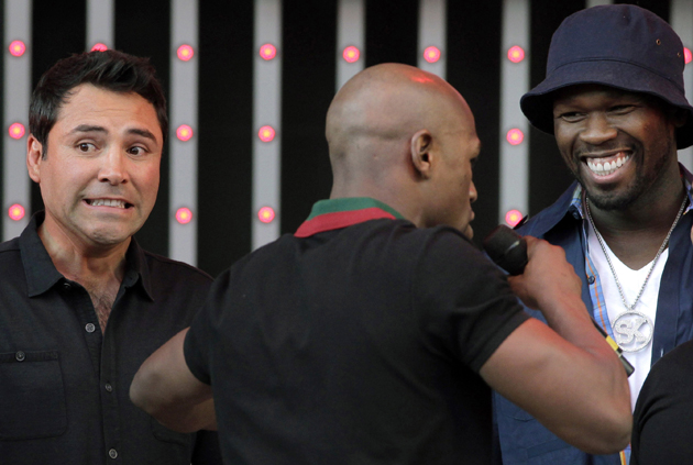 Oscar De La Hoya (L) listens as Floyd Mayweather and rapper 50 Cent (R) chat (AP)