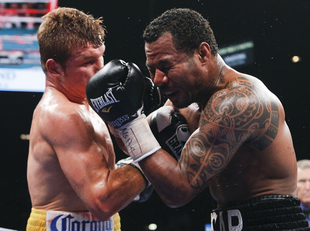 Shane Mosley (R) is 1-3-1 in his last five fights, but has no plans to retire (AP)