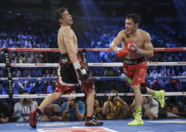 Sergio Martinez (L) defeated Julio Cesar Chavez Jr. Saturday before 19,186 fans (AP)