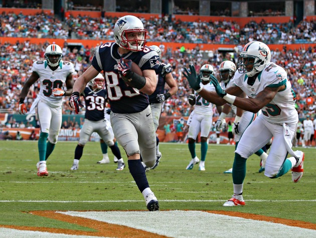Fins to the left, fins to the right, Welker in end zone (USP)