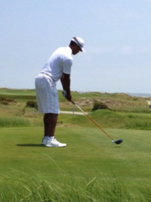 Tiger Woods teeing it up at Kiawah / Twitter @tshawntgolf