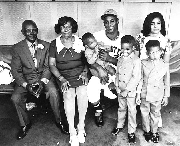 Roberto Clemente Jr. bounces on his father's knee in 1970. (AP)