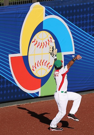 Edgar Gonzalez couldn't grab this fly ball and Italy took the lead. (Getty Images)