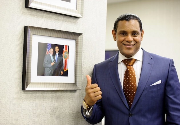 Sammy Sosa points to a picture he took with President Obama (Flickr)