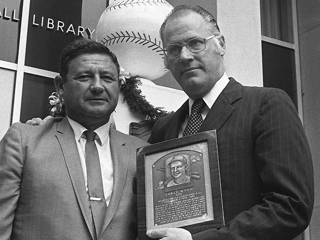 Wynn (left) with commissioner Bowie Kuhn at the 1972 Hall of Fame induction. (AP)