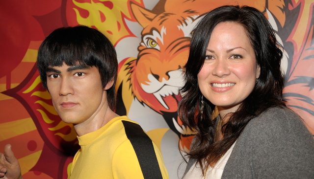 Shannon Lee poses with the figure of her father, Bruce Lee, at Madame Tussaud's (Getty Images)