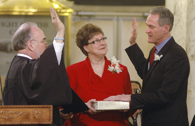 Dennis Daugaard (R) is sworn in as governor of South Dakota (AP)