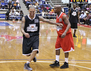 Floyd Mayweather and Chris Brown hoop it up (Getty Images)