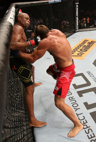 Anderson Silva (L) punches Stephan Bonnar (Getty)