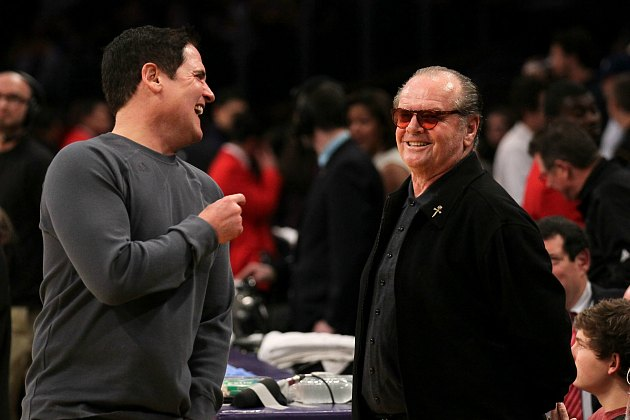 "Mark Cuban tells Jack Nicholson how much he loves ""The Two Jakes"" (Stephen Dunn/ Getty)."