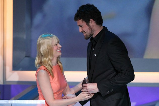 "Kevin Love gives money to Beth Behrs, star of ""Two Broke Girls"" (Mark Davis/ Getty)."
