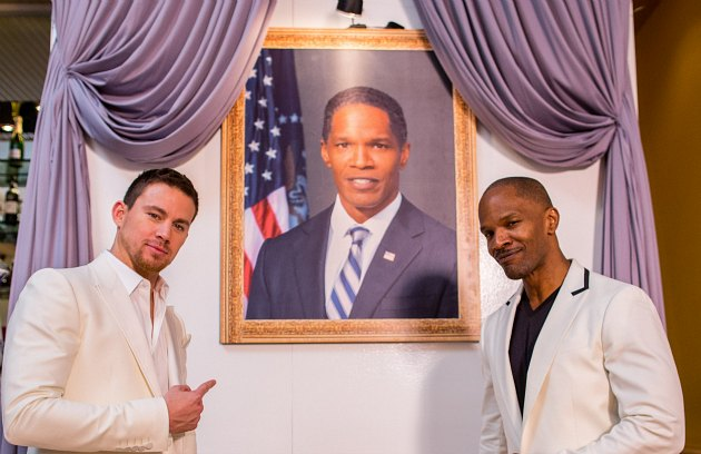 Channing Tatum points to a picture of Jamie Foxx, who is next to him (Christopher Polk/ Getty).