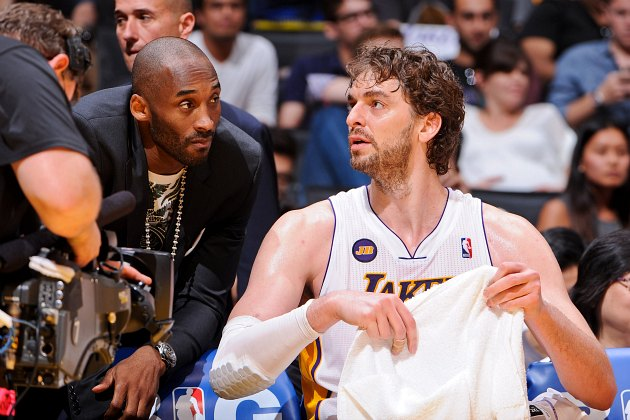 Kobe Bryant and Pau Gasol discuss the work of Ansel Adams (Andrew D. Bernstein/ Getty).