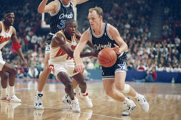 Scott Skiles showboats by dribbling with his left hand (Michael Cooper/ Getty).