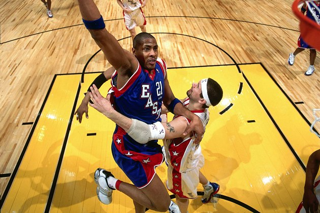 Jamaal Magloire and Brad Miller wow the fans in the 2004 All-Star Game (Nathaniel S. Butler/ Getty).