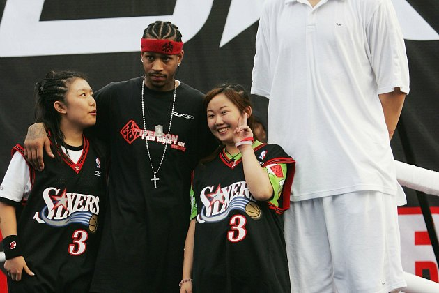 Allen Iverson hangs with Chinese fans and Yao Ming in 2005 (China Photos/ Getty).