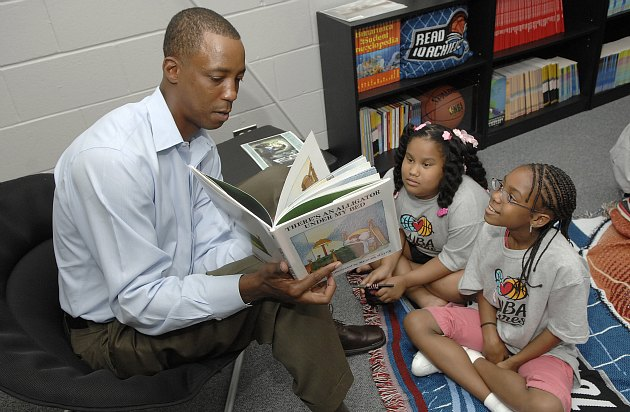 Sean Elliott tells two girls to stop the immaturity and do their own reading (Andrew D. Bernstein/ Getty).