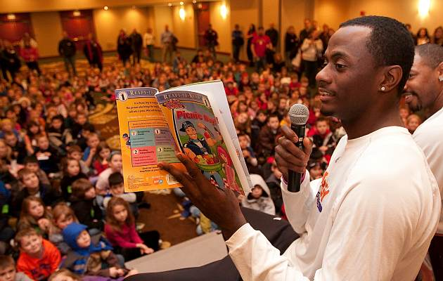 The Earl Barron tells young children of his travels and adventures (Otto Kitsinger/Getty).