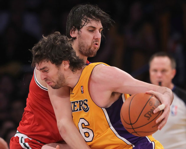 Andrew Bogut tries to block Pau Gasol's trade to the middle of the paint (Getty Images)