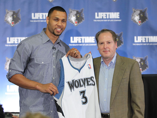 Brandon Roy and Minnesota GM David Kahn (Getty Images)