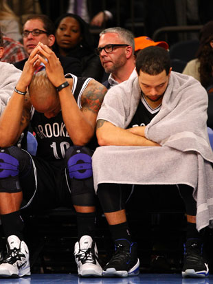 Deron Williams wishes he had a towel that matched his top (Getty Images)
