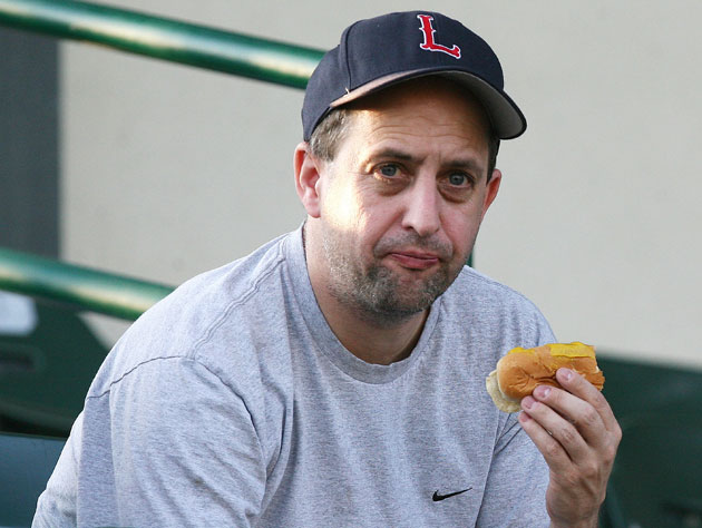 Jeff Van Gundy enjoys a frankfurter (Getty Images)