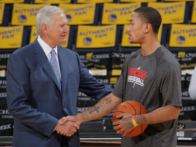 Jerry West consults with an inactive member of the Chicago Bulls (Getty Images)