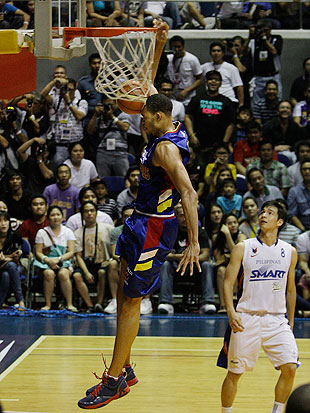 Javale McGee dunks during a July 2011 charity game between NBA players and the Philippine national team. (AP)