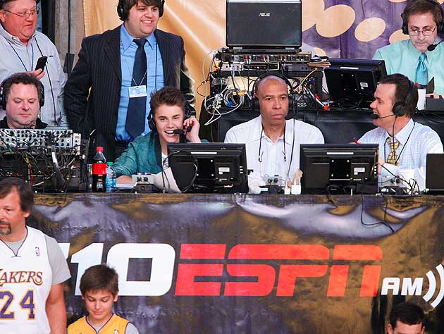 Justin Bieber's appearance in the booth thrills Mychal Thompson (center). (Getty Images)