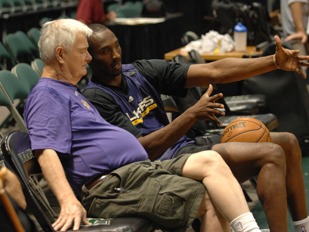 Tex Winter and Kobe Bryant talk up pointy shapes (Getty Images)