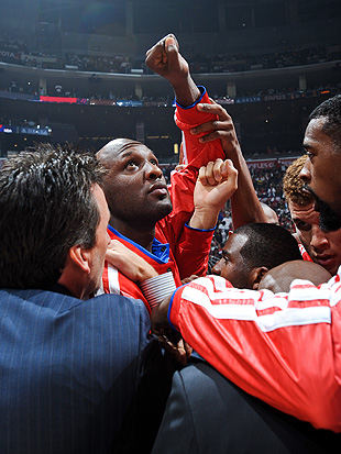 Lamar Odom: Centerpiece of the Clippers' huddle. (Getty Images)