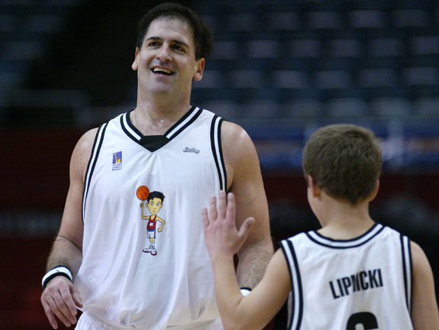 Mark Cuban plays basketball with Jonathan Lipnicki in 2004 while watching the Lakers crumble (Getty Images)