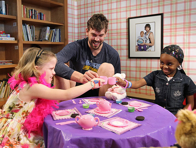Marc Gasol toasts two young patients at St. Jude Children's Research Hospital. (Joe Murphy/NBAE/Getty Images)